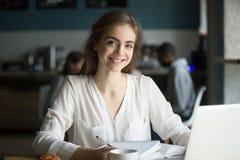 Portrait d'étudiante de sourire étudiant en café image stock