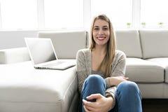 Portrait d'étudiante travaillant à sa présentation à la maison photo stock
