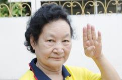 Portrait d'aîné asiatique avec compter la main Photos stock