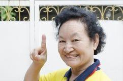 Portrait d'aîné asiatique avec compter la main Images stock