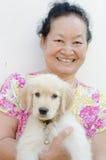 Portrait d'aîné asiatique avec le chiot Image libre de droits