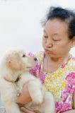 Portrait d'aîné asiatique avec le chiot Photos libres de droits
