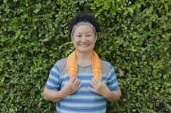 Portrait d'aîné asiatique le parc Image stock