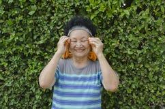 Portrait d'aîné asiatique le parc Photos stock