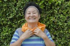 Portrait d'aîné asiatique le parc Images stock