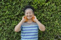 Portrait d'aîné asiatique le parc Photos libres de droits