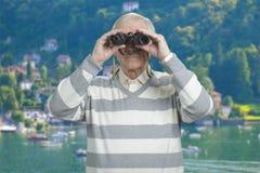 Portrait d'aîné avec des jumelles Photo stock