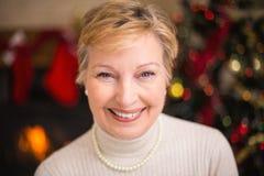 Portrait d'aînés actifs de sourire à Noël Photos stock