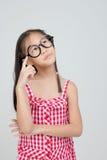 Portrait d'action de pensée de petit enfant asiatique image stock