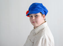 Portrait d'adolescent aboy dans le chapeau national russe avec des clous de girofle Photo libre de droits