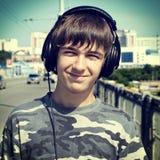 Portrait d'adolescent dans des écouteurs photos stock