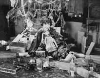 Portrait d'adolescente avec les cadeaux de Noël ouverts (toutes les personnes représentées ne sont pas plus long vivantes et aucu Photographie stock libre de droits