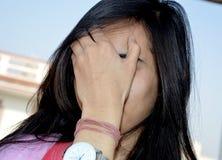 Portrait d'adolescente cachée de visage photos libres de droits