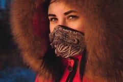 Portrait d'adolescente heureuse dans le capot de fourrure au coucher du soleil, Images libres de droits