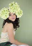 Portrait d'adolescente portant les fleurs vertes avec l'espace de copie Image stock