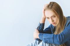 portrait d'adolescente triste dans les vêtements décontractés photo stock