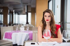 portrait d'ami de attente de femme de renversement Photographie stock libre de droits