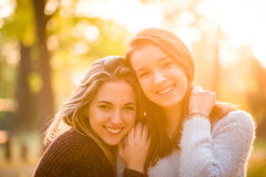 Portrait d'amis au coucher du soleil Images stock