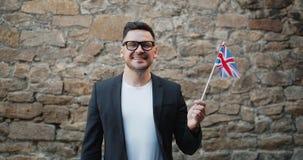 Portrait d'Anglais bel avec le drapeau de l'extérieur du Royaume-Uni banque de vidéos