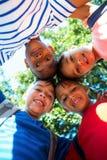 Portrait d'angle faible des enfants heureux formant le petit groupe Images libres de droits