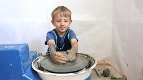 Portrait d'argile d'enfant heureux, poterie d'art, aimer fait main banque de vidéos