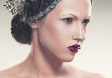 Portrait d'art de beauté des bijoux de port de jeune femme photographie stock libre de droits