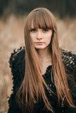 Portrait d'art de belle fille sérieuse fille magnifique de brune, portrait en automne dehors Portrait de style de mode de Vogue d Images libres de droits