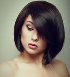 Portrait d'art de la femme de cheveux courts regardant vers le bas Photos stock
