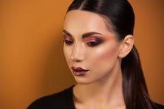 Portrait d'artiste de maquillage professionnel de belle fille images libres de droits