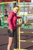 Portrait d'athlète féminin caucasien heureux Having Legs Muscles étirant des exercices photos stock