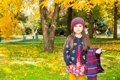 Portrait d'automne de beau kazakh, enfant asiatique Petite fille heureuse avec des feuilles en parc dans la chute Photos libres de droits