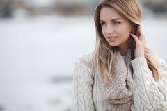 Portrait d'automne de belle femme près de la mer photographie stock