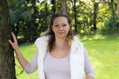 Portrait d'automne de femme avec du charme dehors Image stock