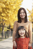 Portrait d'automne de mère et de fille Photos libres de droits