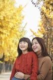 Portrait d'automne de mère et de fille Images stock