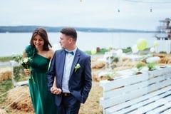 Portrait d'beaux jeunes conducteurs et demoiselles d'honneur mariage image stock