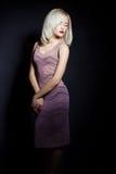 Portrait d'belles femmes sexy blondes avec le rouge à lèvres rouge et les touches de déplacement du curseur sur les yeux dans une Photo stock