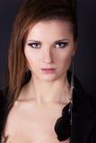 Portrait d'belles filles élégantes sur le fond noir dans le studio avec une boucle d'oreille dans votre oreille Image libre de droits