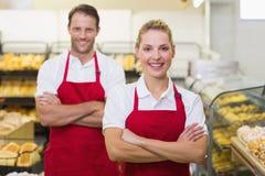 Portrait d'boulangers de sourire avec des bras croisés Photographie stock
