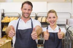 Portrait d'boulangers de sourire avec le pouce  Photographie stock