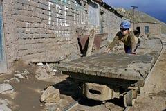 Portrait d'a dans un garçon de Bolivien de fonctionnement de mine image stock