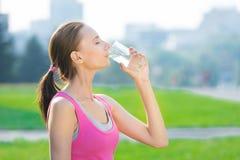 Portrait d'eau potable de femme après sport photo stock