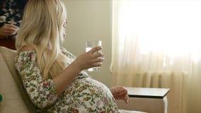 Portrait d'eau potable de femme enceinte clips vidéos