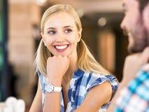 Portrait d'employé de bureau féminin de sourire photos stock