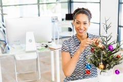Portrait d'employé de bureau féminin de sourire avec l'arbre de Noël images libres de droits