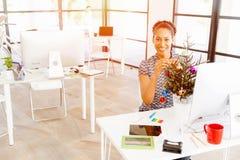Portrait d'employé de bureau féminin de sourire avec l'arbre de Noël photos stock