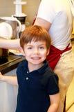 Portrait d'enfant dans la cuisine Petit gar images libres de droits