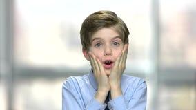 Portrait d'enfant effrayé sur le fond brouillé banque de vidéos