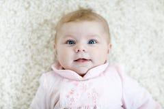 Portrait d'enfant nouveau-né adorable mignon de bébé Photo stock