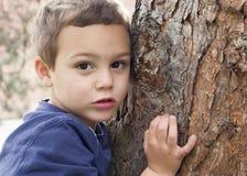 Portrait d'enfant par l'arbre image libre de droits